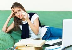 Estudiante universitario de sexo femenino deprimido Imágenes de archivo libres de regalías