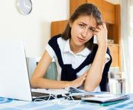 Estudiante universitario de sexo femenino deprimido Imagen de archivo libre de regalías