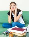Estudiante universitario de sexo femenino deprimido Foto de archivo