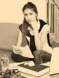 Estudiante universitario de sexo femenino deprimido Foto de archivo libre de regalías