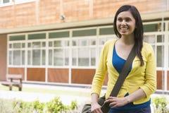 Estudiante universitario de sexo femenino en campus imágenes de archivo libres de regalías