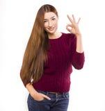 Estudiante universitario de sexo femenino feliz que muestra los pulgares para arriba Foto de archivo libre de regalías