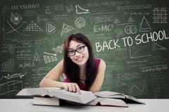Estudiante universitario de sexo femenino hermoso en la clase 1 Fotografía de archivo libre de regalías