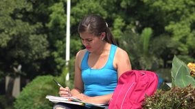 Estudiante universitario de sexo femenino joven confuso Thinking almacen de video