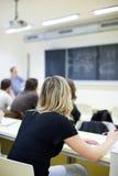 Estudiante universitario de sexo femenino que se sienta en una sala de clase Fotografía de archivo
