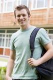 Estudiante universitario de sexo masculino en campus Foto de archivo
