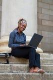 Estudiante universitario del afroamericano con la computadora portátil Fotos de archivo libres de regalías