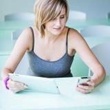 Estudiante universitario/empresaria bonitos Imagen de archivo libre de regalías