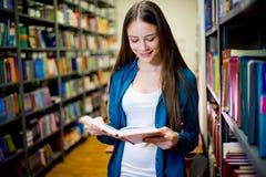 Estudiante universitario en biblioteca Imágenes de archivo libres de regalías