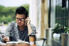 Estudiante universitario en café imagenes de archivo