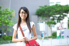 Estudiante universitario en el campus Imágenes de archivo libres de regalías