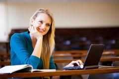 Estudiante universitario en pasillo de conferencia fotos de archivo