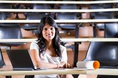 Estudiante universitario en sitio de conferencia Foto de archivo libre de regalías