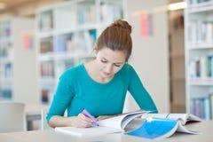 Estudiante universitario en una biblioteca Imagen de archivo