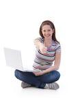 Estudiante universitario feliz con la computadora portátil Fotos de archivo libres de regalías