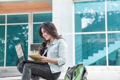 Estudiante universitario feliz que usa el ordenador portátil Fotos de archivo libres de regalías