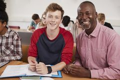 Estudiante universitario Has Individual Tuition del profesor In Classroom imagen de archivo libre de regalías