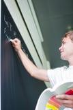 Estudiante universitario hermoso que soluciona un problema de matemáticas Imagen de archivo
