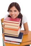 Estudiante universitario hispánico cómodo con los libros Foto de archivo libre de regalías