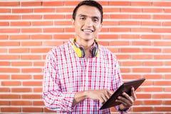 Estudiante universitario indio con la tableta Foto de archivo