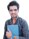 Estudiante universitario indio sobre el fondo blanco. Foto de archivo