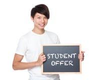 Estudiante universitario joven con la pizarra que muestra oferta del estudiante Fotos de archivo