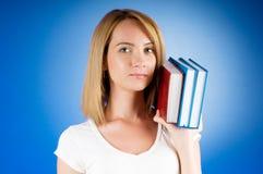 Estudiante universitario joven con los libros de textos del estudio Fotos de archivo