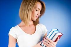 Estudiante universitario joven con muchos libros de textos Imagenes de archivo