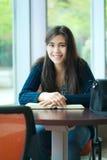 Estudiante universitario joven feliz que estudia en la escuela Foto de archivo