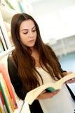 Estudiante universitario joven que mira para arriba la información Imagen de archivo
