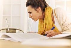 Estudiante universitario ocupado con el estudio en casa imagen de archivo libre de regalías