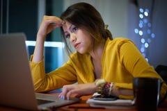 Estudiante universitario pensativo Studying At Night de la muchacha Imagen de archivo libre de regalías