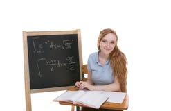 Estudiante universitario por la pizarra que estudia el examen de la matemáticas Imagen de archivo libre de regalías