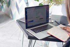 Estudiante universitario que aprende en línea vía el red-libro portátil Planeamiento del financiero fotos de archivo