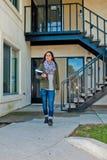 Estudiante universitario que camina para clasificar Foto de archivo