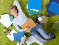 Estudiante universitario que duerme en casa Fotos de archivo libres de regalías