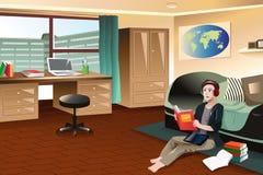 Estudiante universitario que estudia en dormitorio Fotos de archivo libres de regalías