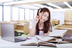 Estudiante universitario que estudia en sala de clase Imagen de archivo libre de regalías