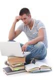 Estudiante universitario que hace la preparación en la computadora portátil Fotos de archivo
