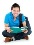 Estudiante universitario que lee un libro Fotos de archivo