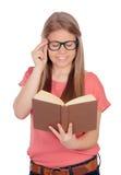 Estudiante universitario que lee un libro Foto de archivo libre de regalías