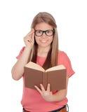 Estudiante universitario que lee un libro Imagen de archivo libre de regalías