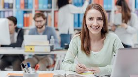 Estudiante universitario que lee un libro de texto imagenes de archivo