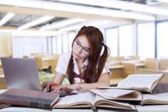 Estudiante universitario que mecanografía en el ordenador portátil en clase Fotografía de archivo libre de regalías