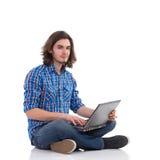Estudiante universitario que presenta con un ordenador portátil Fotografía de archivo