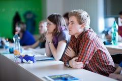 Estudiante universitario que se sienta en una sala de clase Fotografía de archivo libre de regalías