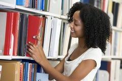 Estudiante universitario que trabaja en biblioteca Fotos de archivo libres de regalías