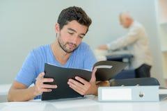 Estudiante universitario que trabaja en sala de clase Imagenes de archivo