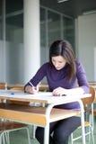 estudiante universitario que trabaja en una sala de clase Imágenes de archivo libres de regalías