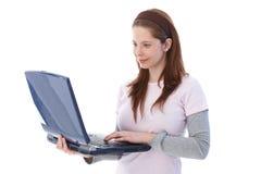 Estudiante universitario que usa la sonrisa de la computadora portátil Imagen de archivo libre de regalías
